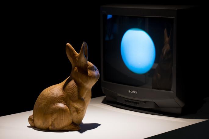 09 백남준, 달에 사는 토끼, 1996